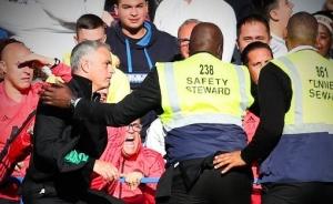 Вселился «дух Хабиба»: разъяренный Моуринью едва не «растерзал» тренера «Челси» — видео