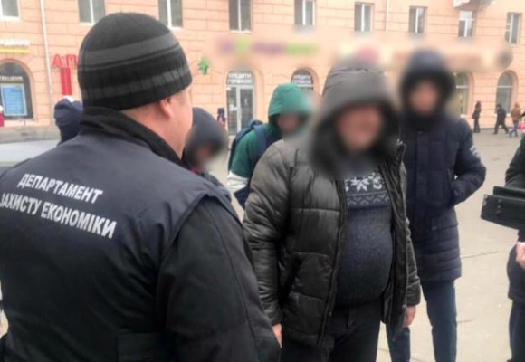 В Днепре задержали на 7 тыс. долларов взятки подполковника налоговой милиции