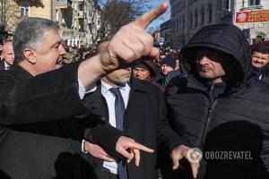 «Я вас не боюсь», — Порошенко в Чернигове вышел к «Нацкорпусу» и «осадил» агрессивных молодчиков — кадры
