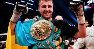Украинец Гвоздик триумфально защитил пояс чемпиона WBC: побежденный Нгумбу простоял 5 раундов — видео