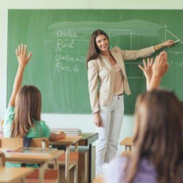 Кабмин учредил дополнительную премию учителям: кто может получить выплату