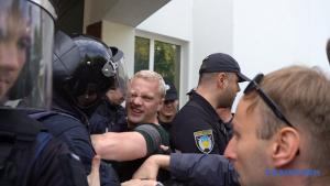 Жесткая потасовка на митинге возле МВД в Киеве: в ход пошел слезоточивый газ — первые фото и видео