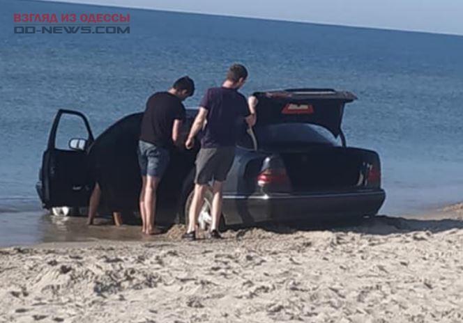 В Одесской области на пляже застряла очередная машина