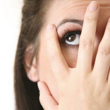 Синий иней: как избавиться от темных кругов и мешков под глазами