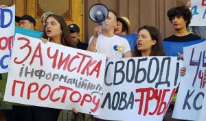 Дети Порошенко Михаил, Александра и Евгения пришли отстоять отца на митинге у стен ГБР, где его допрашивали: видео