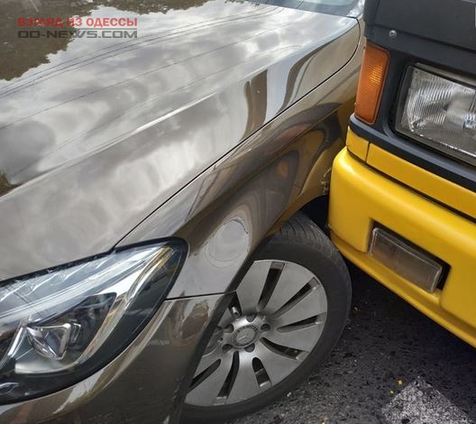 Намеренно подрезал: в Одессе водитель маршрутки выступил против автоледи
