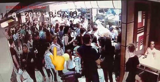 В Одессе две воровки попали на видеокамеру