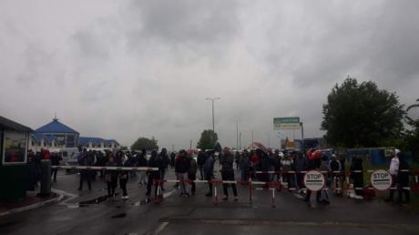 Бунт водителей на КПП «Тиса»: ситуация накалилась, авто пограничников сбросили в кювет