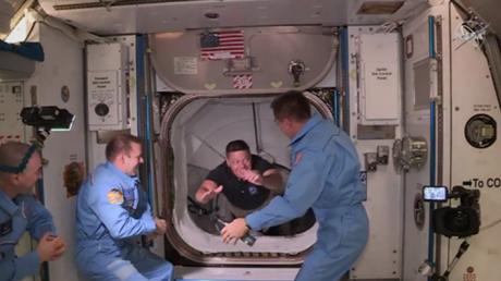 У Маска все получилось: кадры доставки американских астронавтов на МКС на Crew Dragon